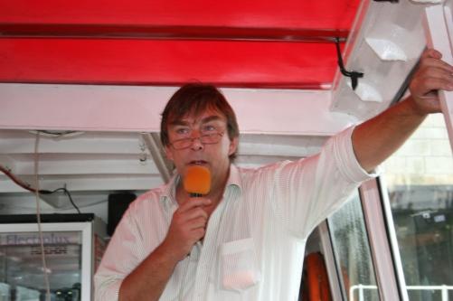 Andreas Grünwald beim Sightseeing während einer Barkassenfahrt, 2011